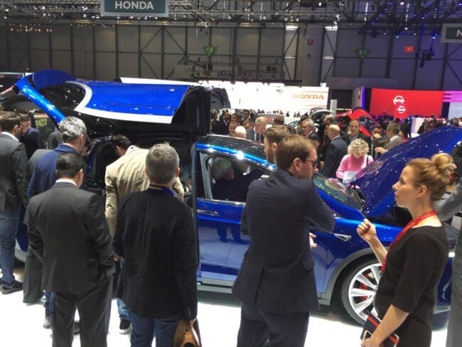 Det är trångt runt Tesla Model X i Genève. Särskilt intressant är hur måsvingedörrarna fungerar på riktigt.