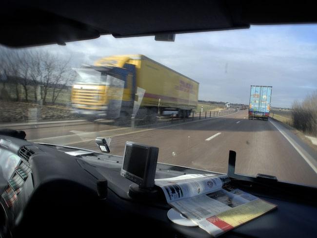 Lastbilens bromsar slutade fungera och föraren fick hjälp av polis och lantbrukare att få stopp. (Arkivbild)