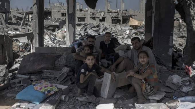 Allt är förstört. Familjen Ntaiz äter middag i sitt sönderbombade vardagsrum. Hela deras stadsdel al-Tofah i östra Gaza har förstörts av israeliska bomber. Foto: Christoffer Hjalmarsson