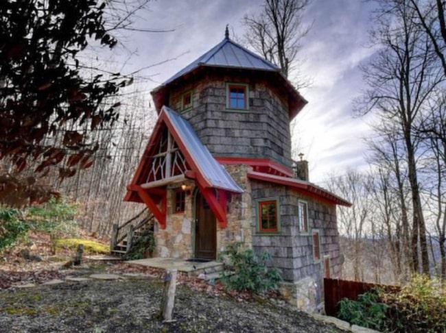 Huset som har tre våningar och är på 79 kvadratmeter, ligger i North Carolina, USA. Det är högt beläget och har en vacker utsikt över bergen.
