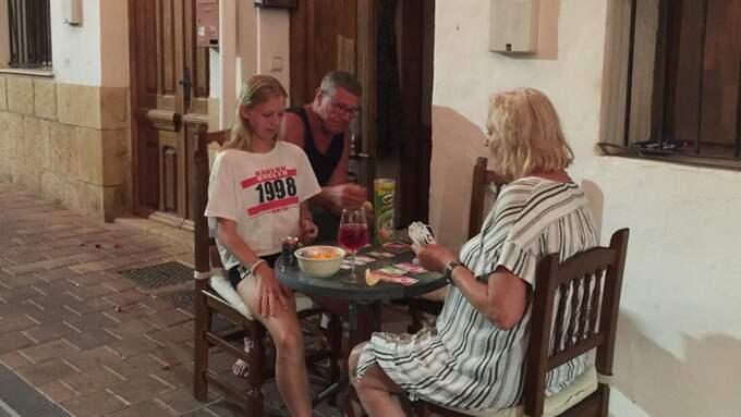 Susannes dotter Tova spelar kort med mormor Siv och morfar Björn utanför huset i La Nucia. Foto: Privat