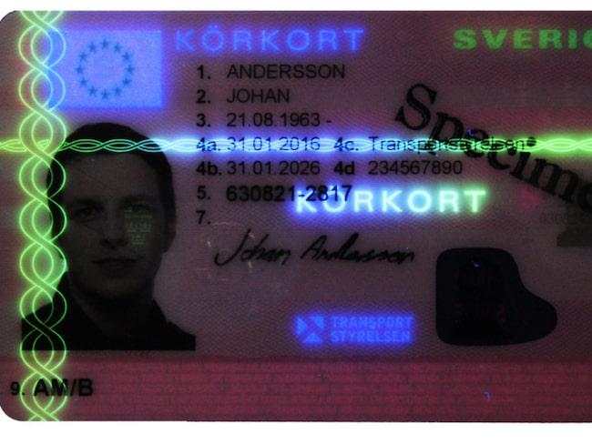 Flera ljuseffekter framträder om man belyser körkortet med UV-lampa.