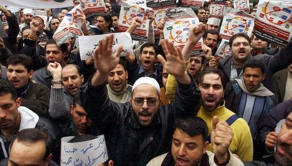 Rädslan för reaktioner som här, i samband med Muhammed-karikatyrerna, gör att många är försiktiga med att visa kritik eller satir som kan reta upp religiösa grupper. Foto: AP