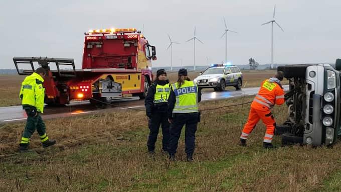 En personbil körde av vägen och voltade i halkan. Foto: Mikael Nilsson