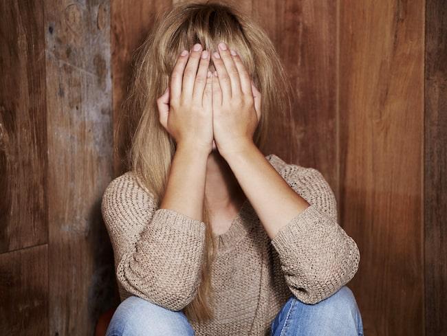Anna har precis börjat dejta igen efter en skilsmässa men vågar inte berätta för nya bekantskaper att hon har könssjukdomen herpes.