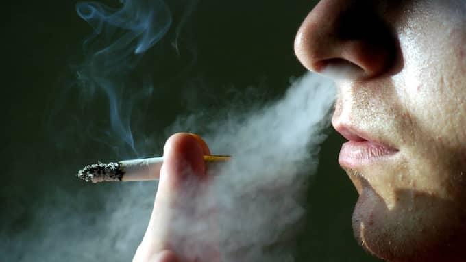 Folkhälsomyndighetens rapport visar att fyrtiotre procent av vuxna med astma rapporterar symtom då de utsätts för passiv rökning. Foto: Colourbox