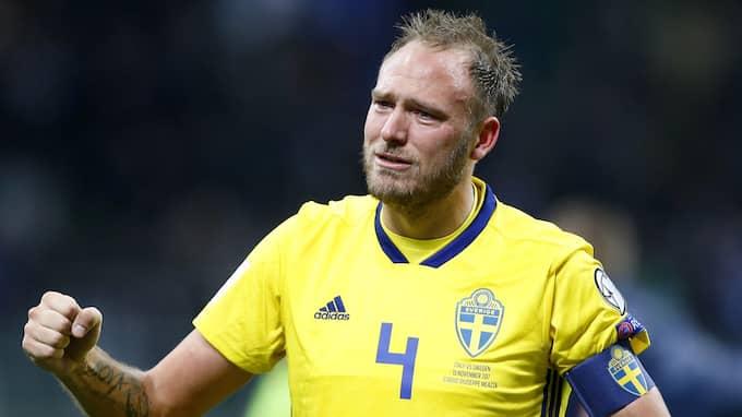 En tårögd Andreas Granqvist, med hår, firar avancemanget. Foto: ANTONIO CALANNI / AP TT NYHETSBYRÅN