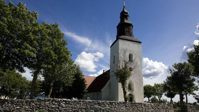 Fårö Kyrka, invigd på 1300-talet. Den som får för sig att klatscha till dessa väggar kan nog räkna med att få spela schack med Ingmar Bergman, som här vilar. Foto: ROGER VIKSTRÖM