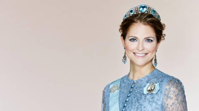 Dessutom bjuder hovet en ny bild av prinsessan Madeleine. Hon poserar i en ljusblå klänning. Foto: / FOTO ANNA-LENA AHLSTRÖM, KUNGAHUSET.SE / PHOTO ANN