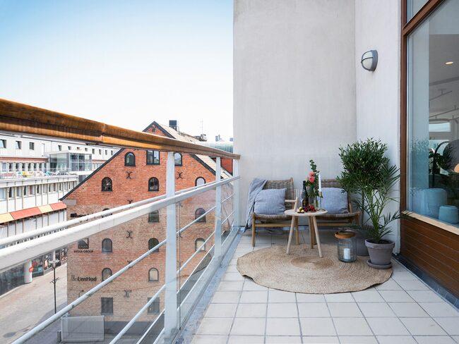 Utsikten från balkongen gör det svårt att glömma att man bor i centrala Malmö.