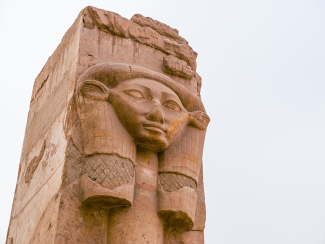 Och nu slår Egypten upp portarna till två nyligen upptäckta, urgamla gravkryptor.