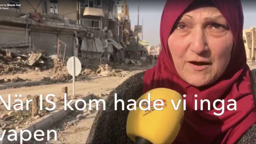Donya, 59, har precis befriats från IS och bor vid östra flodbanken där det fortfarande pågår strider. Hon berättar att människor som lever under IS i västra Mosul eldar upp sina kläder för att kunna ge värme till sina barn.