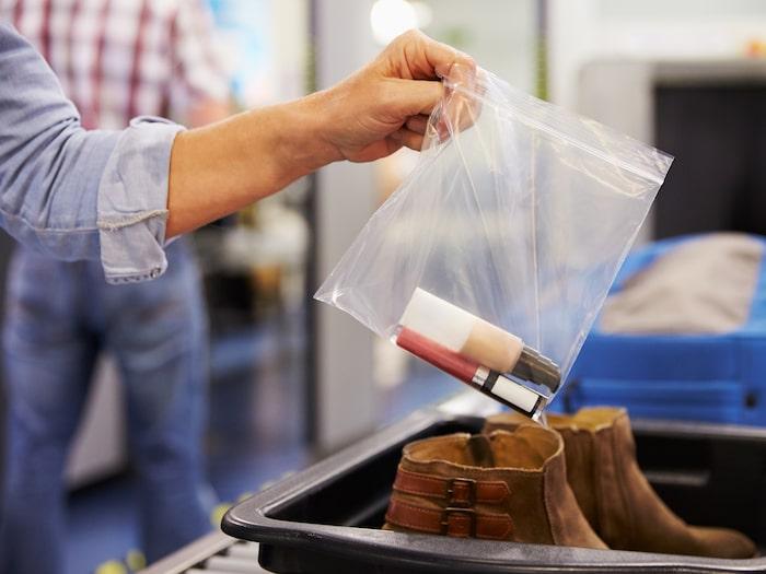 får man ha hårspray i incheckat bagage