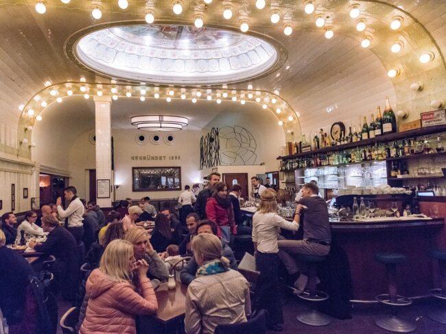 Café Paris är en fin jugendpärla på Rathausstraße.
