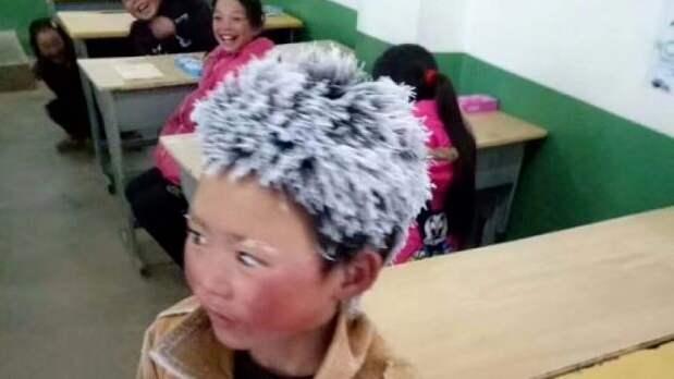 Bilden av den lille kinesiske pojken Wang Fuman, 8, togs efter att han promenerat 4,5 kilometer till skolan i nio minusgrader.