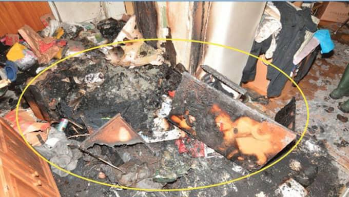 Här ses resterna av den byrå i hallen som antändes vid branden.