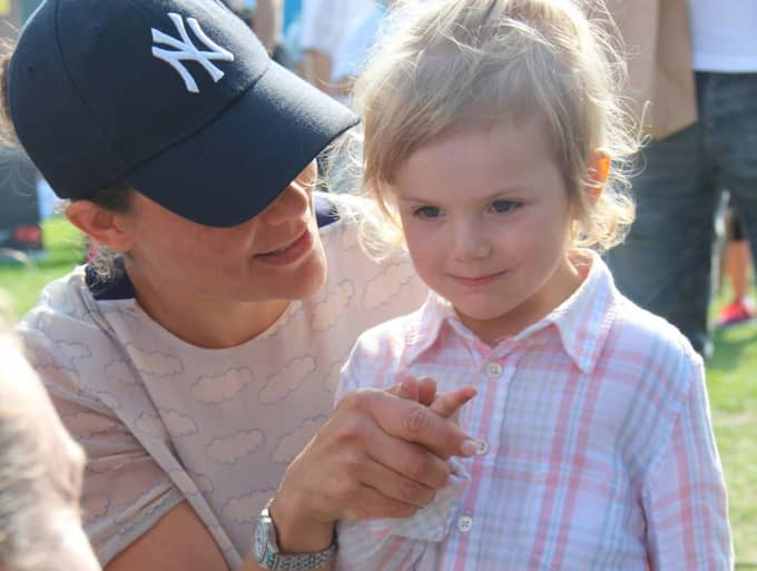 Drottning Silvia fascineras av prinsessan Estelle. Foto: Gabriella Della Morte Pålstam