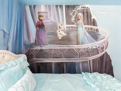 Anna och Elsa tittar ner från väggen i sovrummet.
