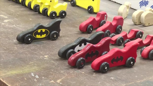 Pensionärerna tillverkar träleksaker till behövande barn