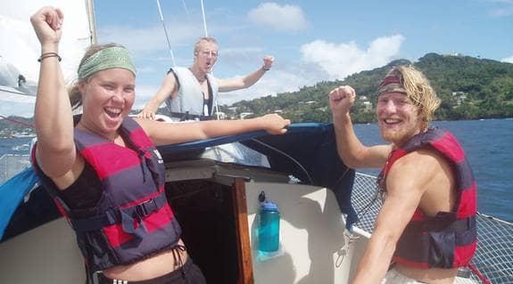Från vänster: Kajsa Björn, Jonathan Boltron och Danjel Henriksson har seglat jorden runt i två år - utan att kunna något om segling. Foto: Privat.