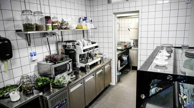 Här, vid disken på Mynta kafé i Rinkeby, sköts bröderna ihjäl. Foto: Alex Ljungdahl