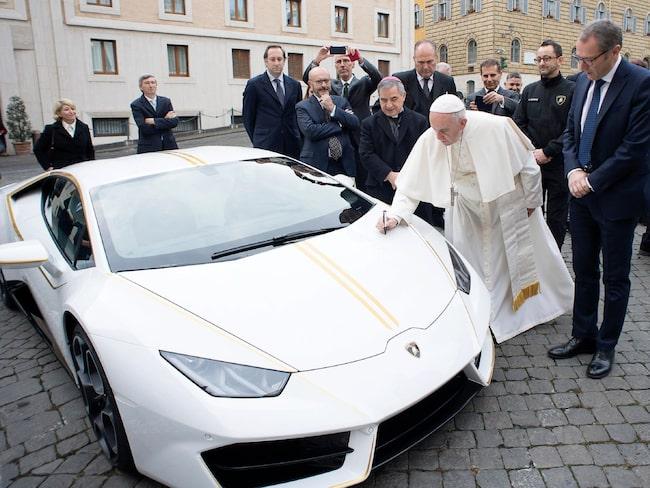 Påven Franciskus signerar sin bil.