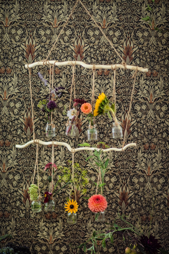 Pinne med hängande vaser, 275 kr, Spiti. Tapet, Snakeshead, 1 420 kr, rullen, Måleributiken i Alvik.