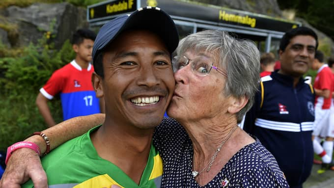 Chakra Tamang, 36, får en puss av Ingrid Holm, 72. Foto: /IBL / /IBL