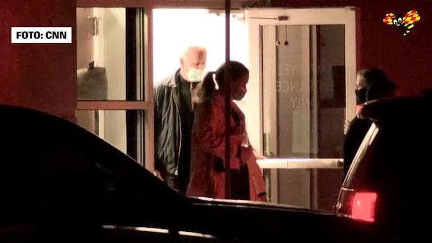 Här lämnar den blivande presidenten sjukhuset