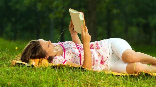 <span>Att ligga och läsa en bok kan kännas avkopplande. Men när du ska återhämta dig är det viktigt att hjärnan inte gör något alls. Inte ens läsa.</span>