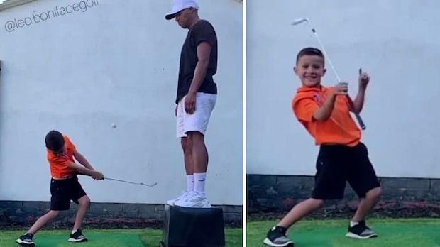 Här slår Leo, 7, till med osannolikt golfslag