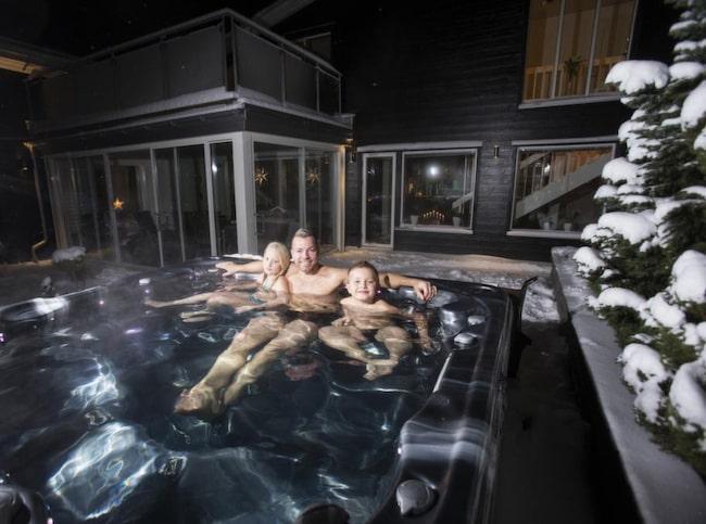 """""""Jag älskar bubbelpoolen och badar här ute året runt"""", säger Casper, tar på sig badbyxor och hämtar barnen för ett vinterdopp."""