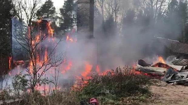 Våldsam brand rasar i villa