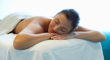 Ta en paus. Njut av silkesmassage, ansiktsbehandling med rent guld eller varför inte en massage med varma lava- och ädelstenar? Testa något nytt - det är du värd!