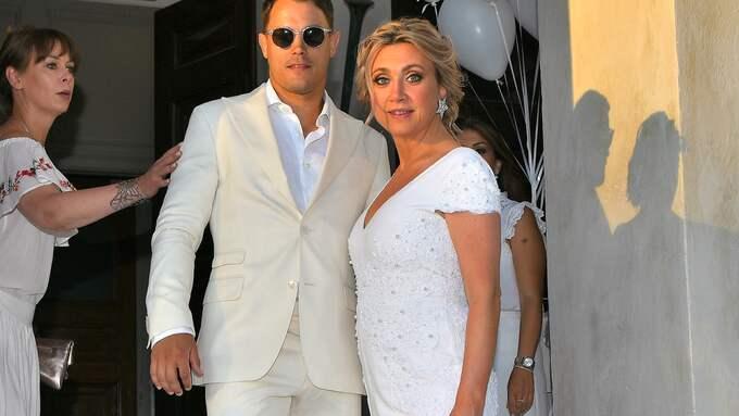 Efter bröllopsceremonin bytte brudparet om. Camilla till en vit byxdräkt och Simon till en ljud kostym. Foto: / ALEX LJUNGDAHL