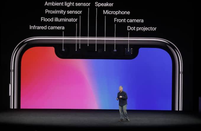 När Apple under tisdagen presenterade sina nya produkter i Cupertino, Kalifornien, syntes den uppenbara missen på storbildsskärmen bakom marknadschefen Phil Schiller. Foto: MARCIO JOSE SANCHEZ / AP TT NYHETSBYRÅN