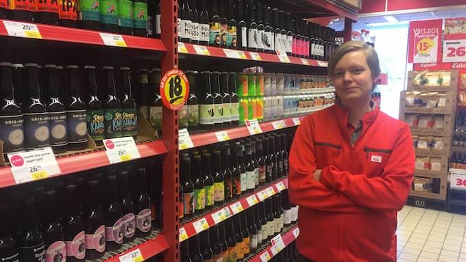 Mikael Persson är butiksbiträde och dryckesentusiast. Foto: Gustav Hultén
