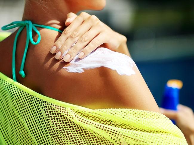 Ett tjockt lager kräm med hög solskyddsfaktor rekommderas av hudläkarna.