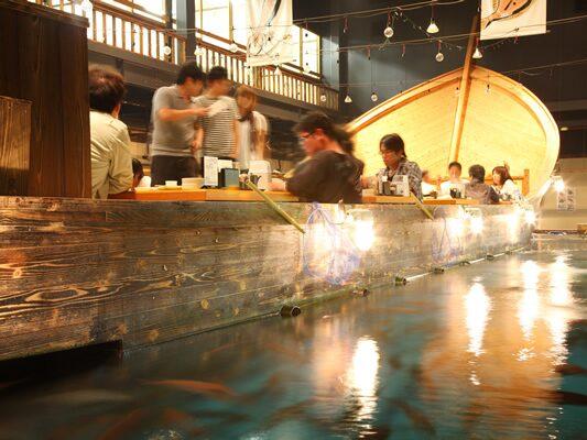 Fiskdammen rymmer ett tiotal olika fisksorter och maten intas i skepp.