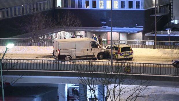 Skåpbil körde in i polisbil – två poliser skadade