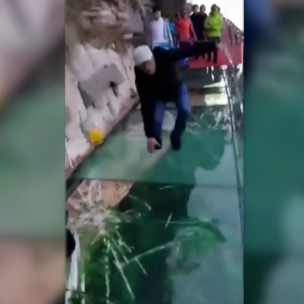 Här spricker glasbron under mannens fötter – på en kilometers höjd
