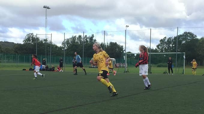 Maria Midtbust Jøranli, i Lilleströms gula dräkt, blev årets första målskytt under Gothia Cup.