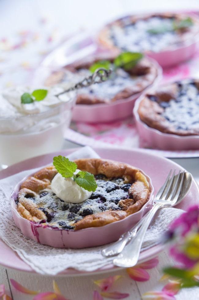 Clafoutis med blåbär och citron.<br>En finare ungspannkaka i portionsform med odlade blåbär smaksatta med citron.