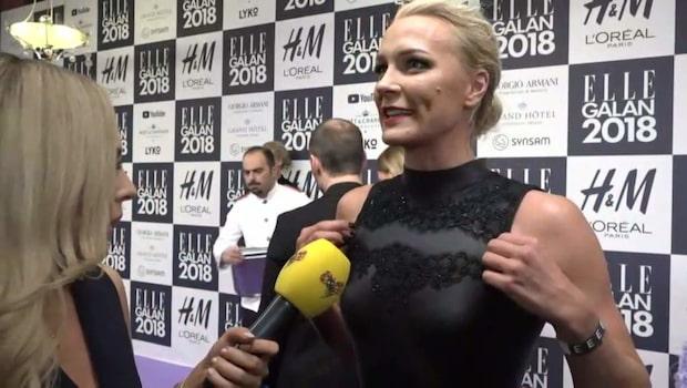 Sarah Sjöström visar upp klänningen på Ellegalan 2018