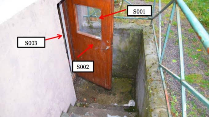 Gärningsmännen tog sig in till den 97-åriga kvinnan via en källardörr. Foto: Polisen