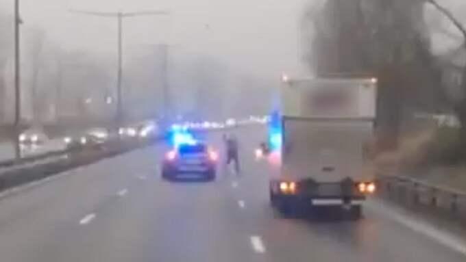 Kvinnan gick till attack mot polis och trafikanter med en hammare på E6. Foto: LÄSARBILD