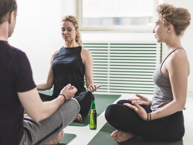 """""""Vi har tagit filosofin från yoga och kombinerat det med njutningen av att dricka öl för att nå den högsta nivån av medvetande, skriver Urban OM på sin hemsida."""