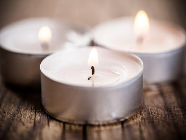 Varför inte förena nytta med mys? Släck lamporna på kvällen och tänd värmeljus i stället. Du sover också bättre om du inte har för ljust innan du ska lägga dig.