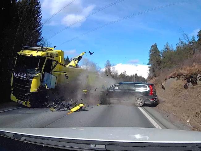 Dramatiska bilder när bilen kraschar in i lastbilen.