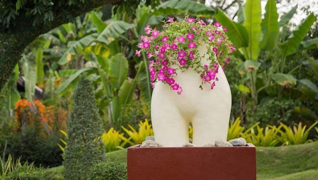 En erotisk staty i trädgården.